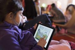 Enfant lisant sur tablette