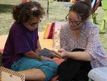 Adulte lisant un album à un enfant