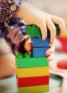 Enfant jouant avec des briques.